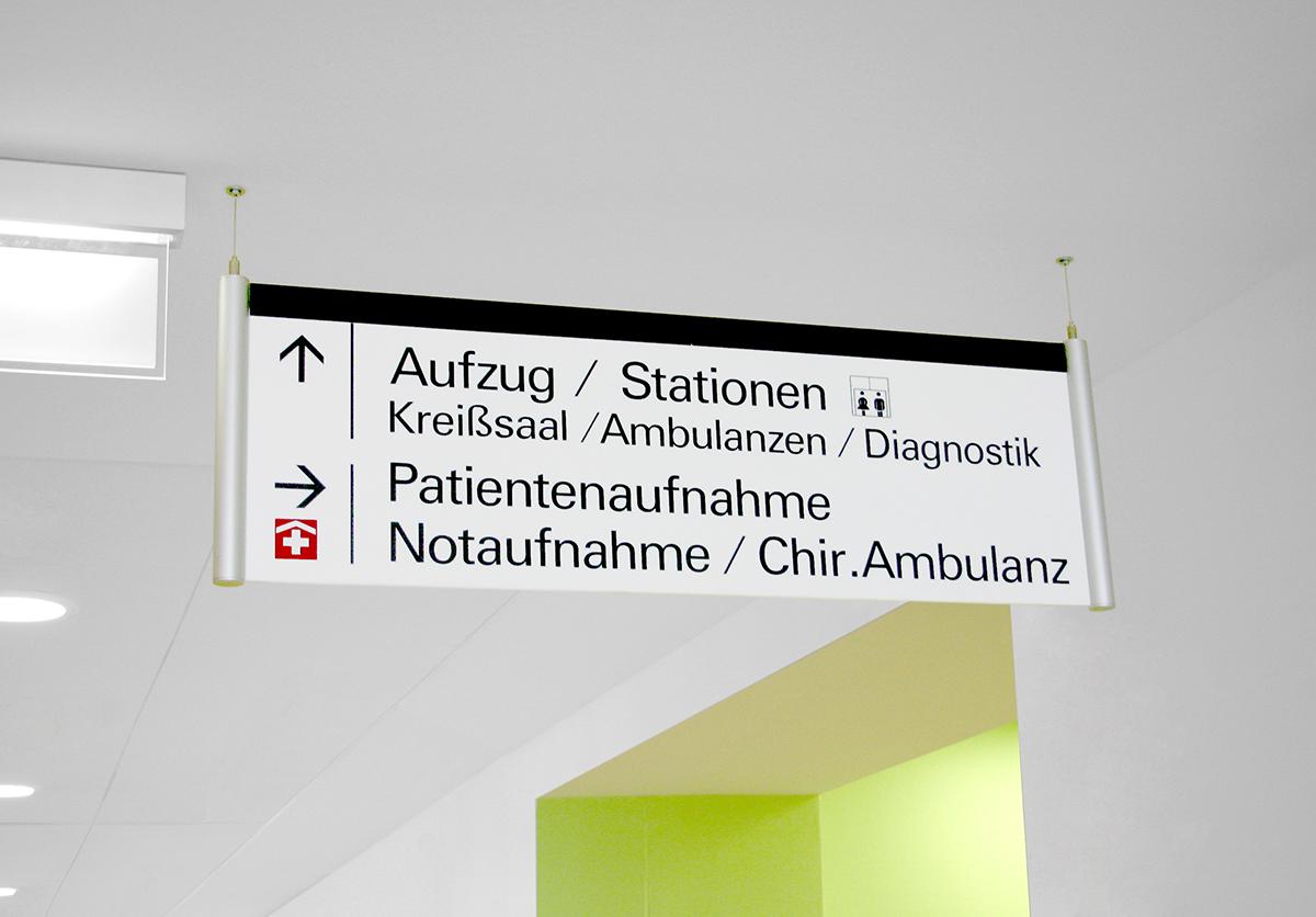Sana-Kliniken_Deckenschild