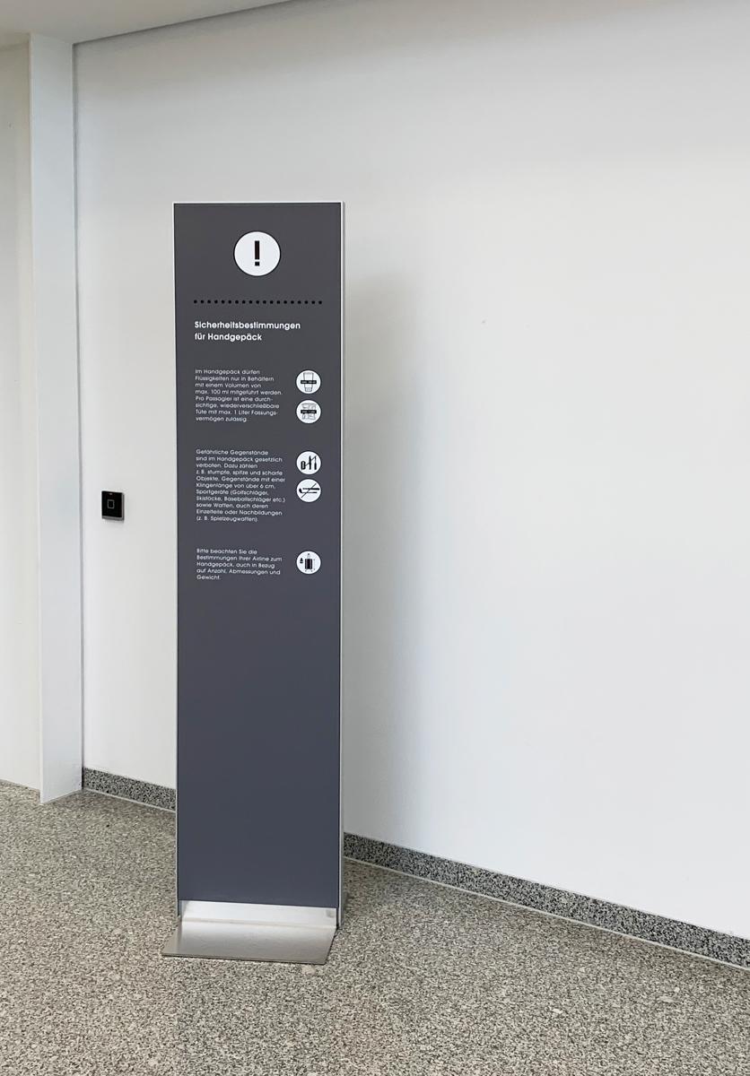 Flughafen_Luebeck_Stele