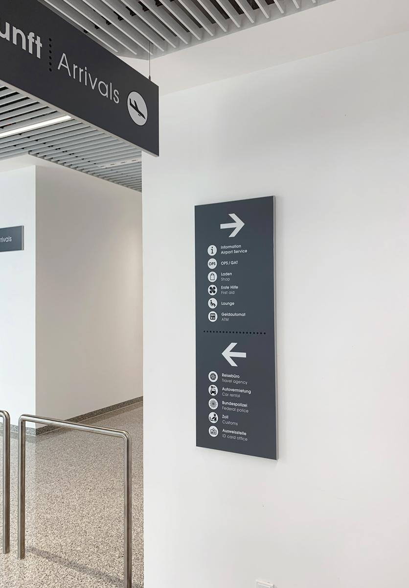 Flughafen_Luebeck_Wandschild
